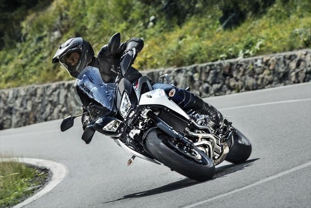 2018-Yamaha-Tracer-900-EU-Nimbus-Grey-Action-001.jpg
