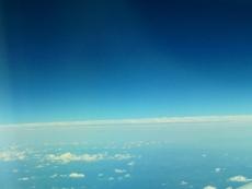 空を飛んでいます。