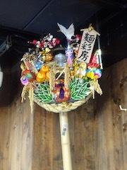 麺彩房中野本店お座敷に飾られた熊手