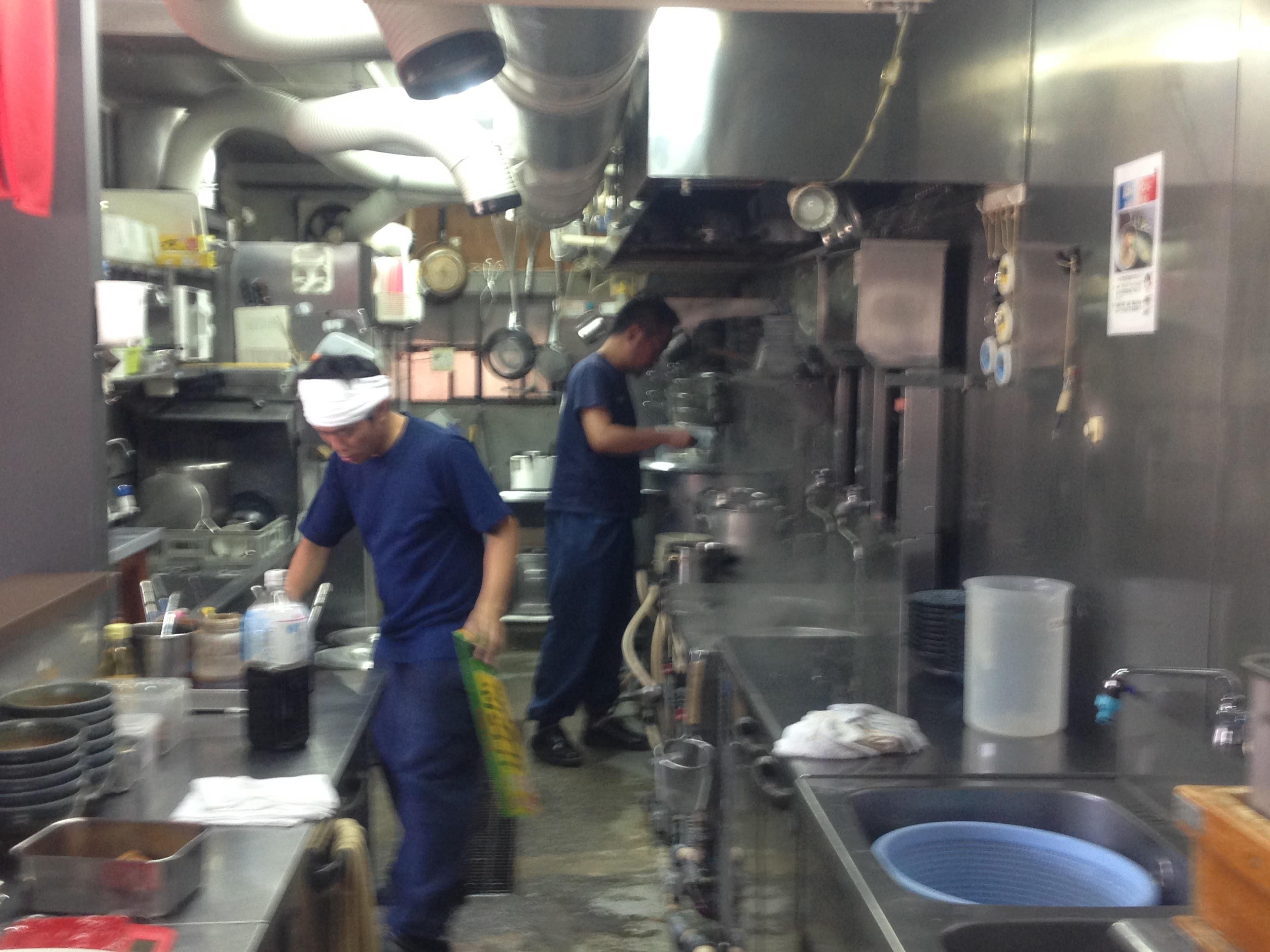 麺彩房中野本店厨房風景