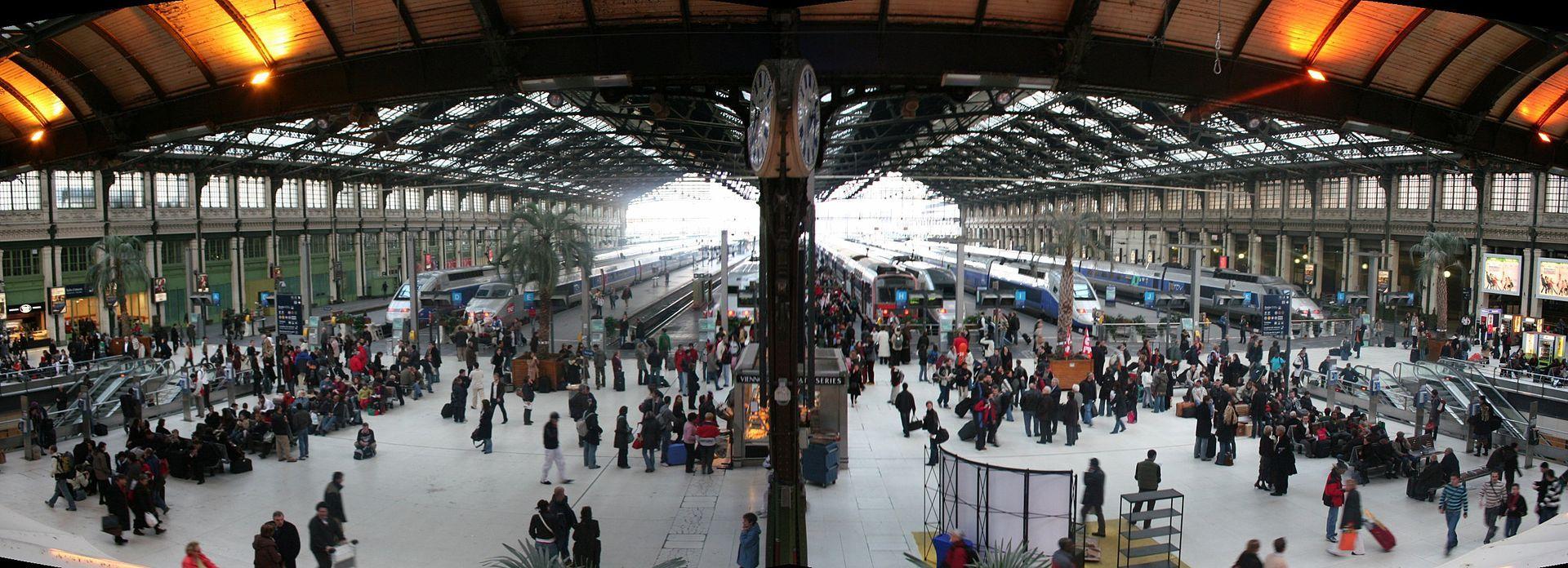 パリのリヨン駅の内部