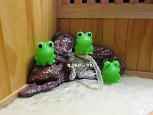 かえる3兄弟 露店浴槽岩の上