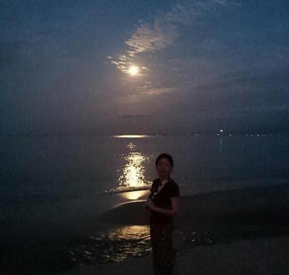 凪の海と月とモンペを穿いた女。