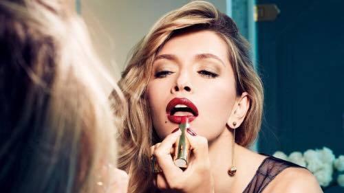 blonde-girl-makeup-mirror-red-lips-blur-1920x1080.jpg