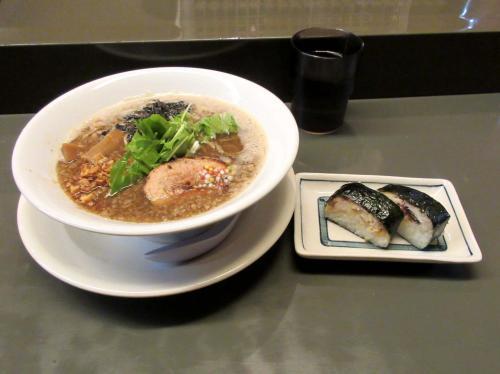 背脂らぁ麺と焼きさば寿司