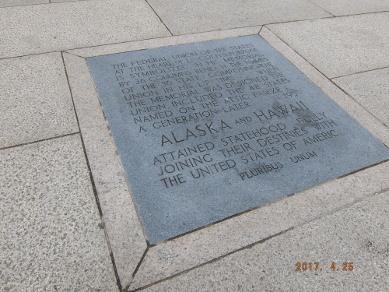 アラスカとハワイの銘板