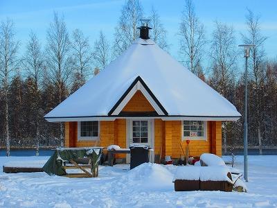 雪の積もった小屋