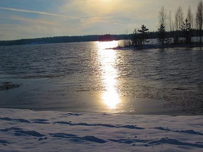 凍りかけの湖