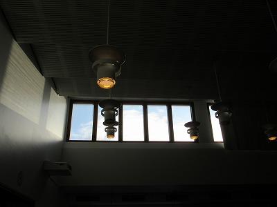 教区センターホールのランプ