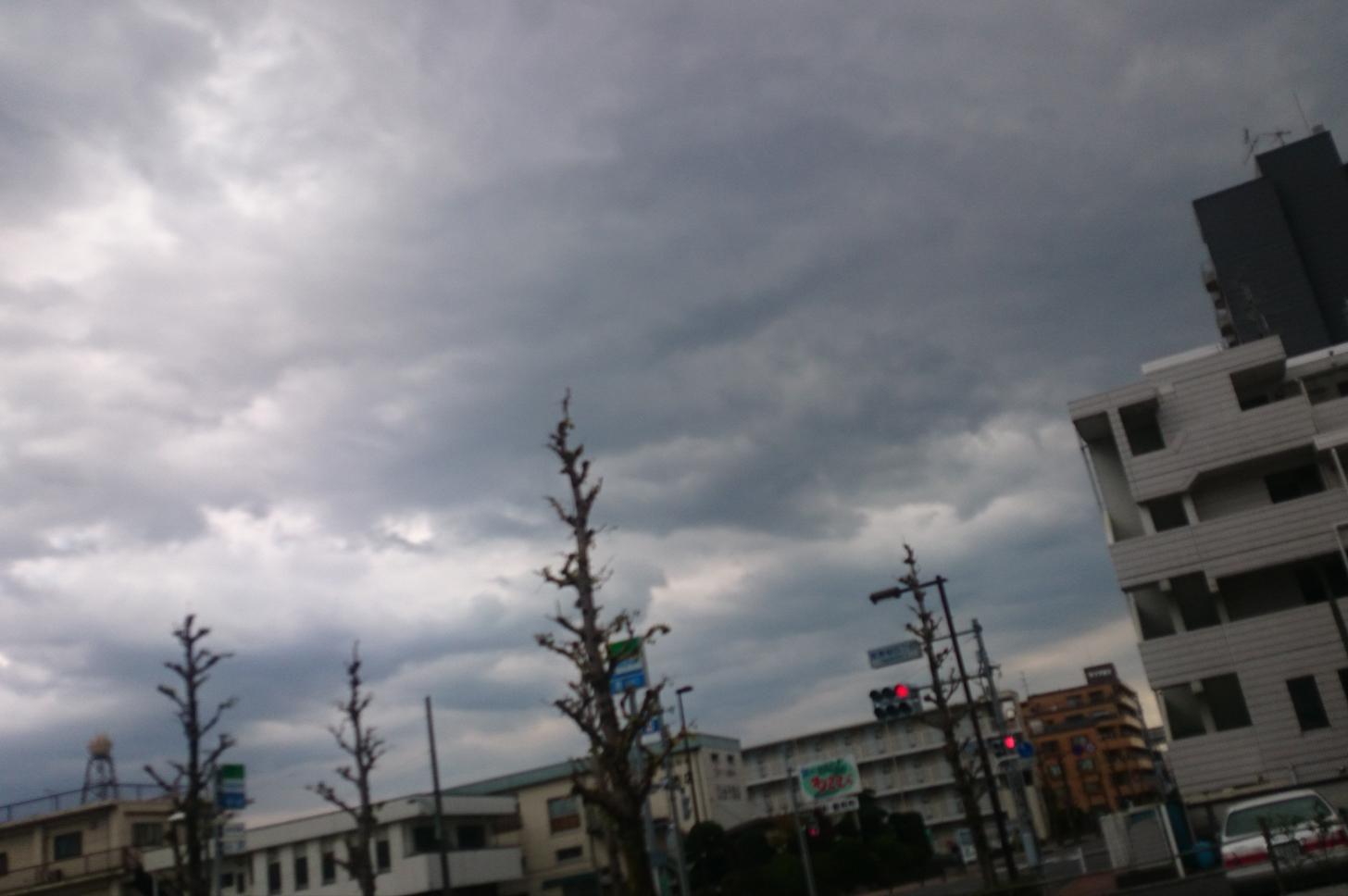 空が怪しい…