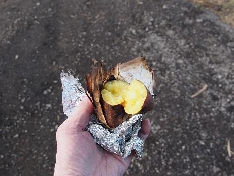 PB190282 焼き芋食べる