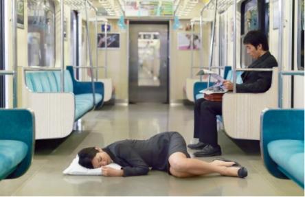 電車内で肩にもたれかかってきた女を携帯電話で殴ったサラリーマンが晒される