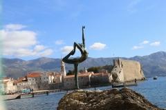 海に立つ像