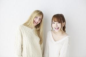 女性二人友人正面笑顔