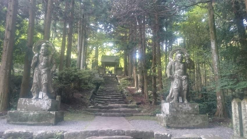 両子寺 仁王像と山門