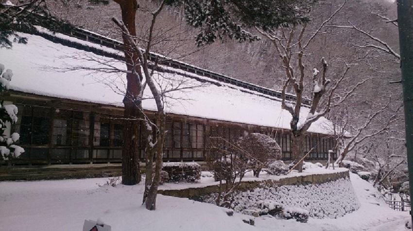 菊水館 茅葺き屋根棟 雪