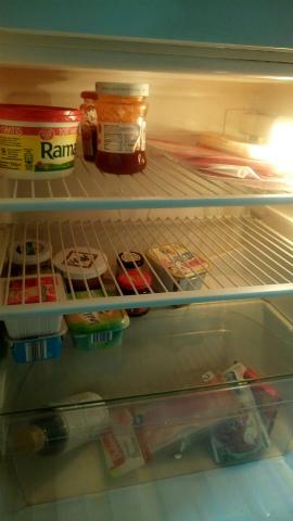 空っぽ冷蔵庫