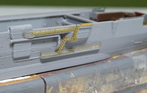 大鯨船体横の手摺とラダー