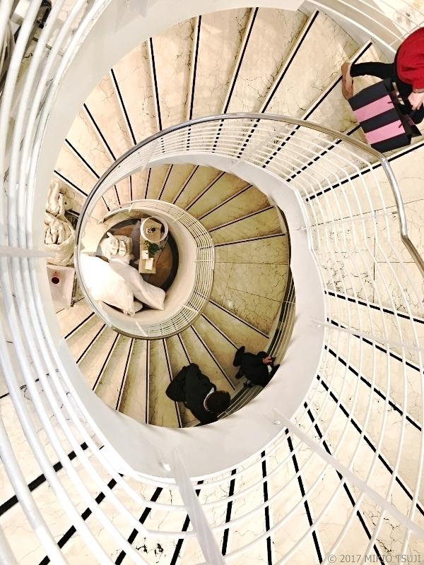 絶景探しの旅 - 0428 白いアンモナイト模様の螺旋階段 (ZARA HOME/英国 ロンドン)