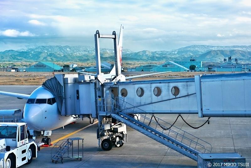 絶景探しの旅 - 0434 JAL機と白山連峰(小松空港 石川県)